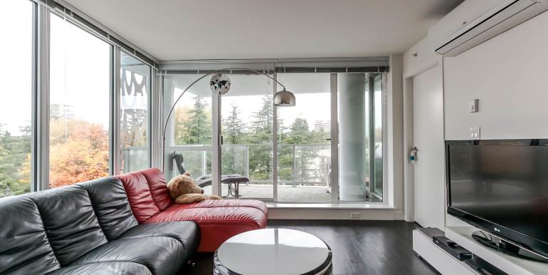 708-8288-granville-ave-print-015-4-living-room-3861x2574-300dpi