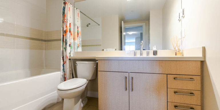 406 6800 Eckersley Rd-print-022-1-Bathroom-3861x2574-300dpi
