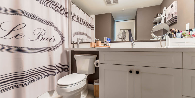 405 500 Royal Ave New-print-017-5-Bathroom-3936x2624-300dpi